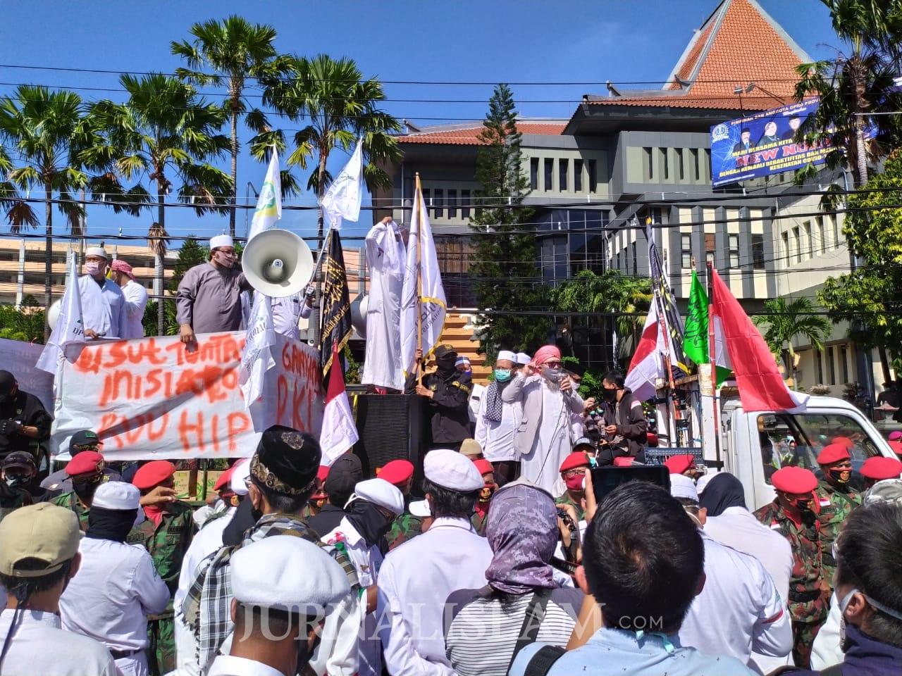 Ribuan Massa Anti Komunis Surabaya Desak Inisiator RUU HIP Ditangkap