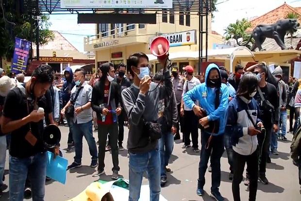 Kerap Jadi Korban Kekerasan, Jurnalis Cirebon Demo Kantor Polisi