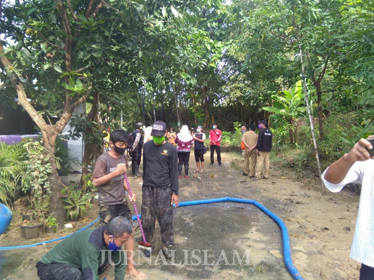 Relawan Jamaah Ansharusy Syariah dan Me-Dan Bantu Korban Banjir Semarang