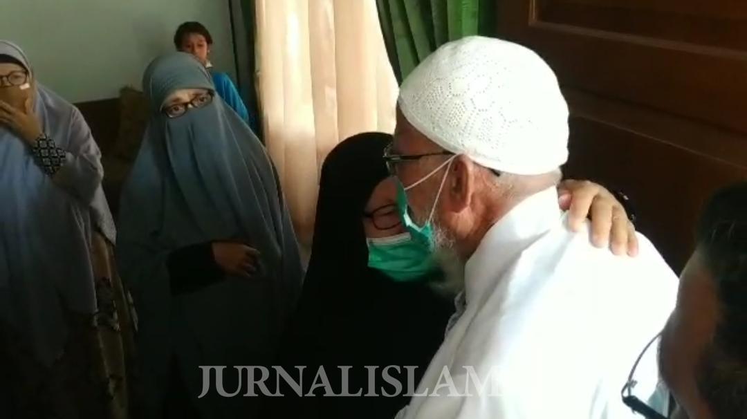 Momen Haru Ustaz Abu Bakar Ba'asyir Bertemu Keluarga Setelah Terpisah 10 Tahun